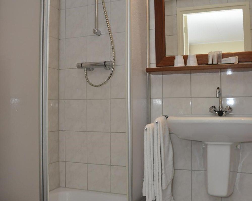 2 persoonskamer met douche - Badkamer lay outs met douche ...