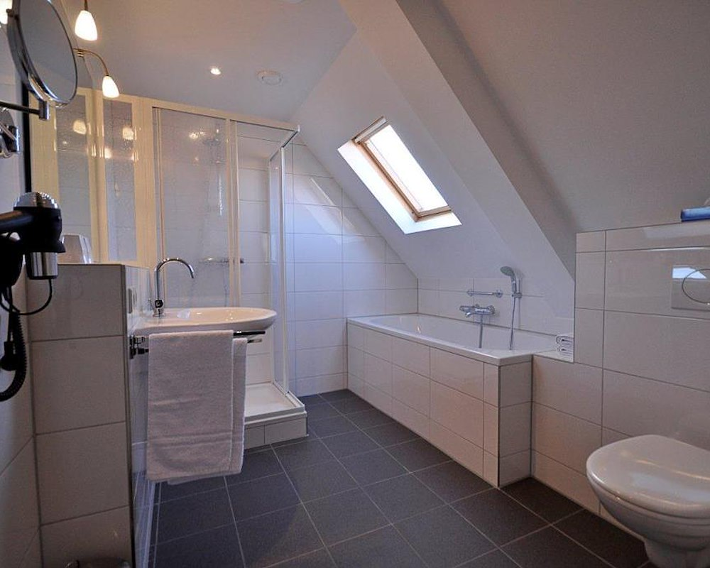 2 persoonskamer met bad douche en toilet - Badkamer lay outs met douche ...