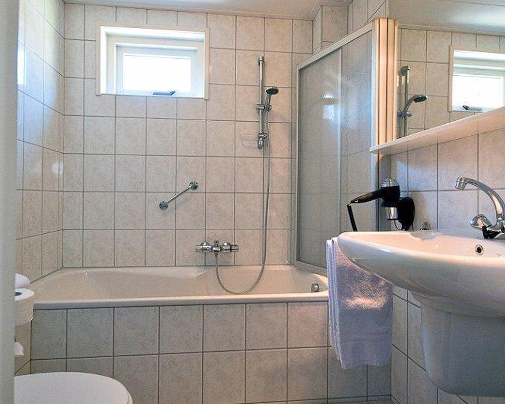2 persoonskamer met bad douche en toilet - Kamer met bad ...